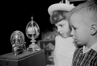 Children looking at Fabergé imperial eggs